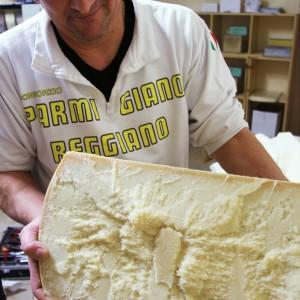 Parmigiano Reggiano 24 mesi, appena tagliato